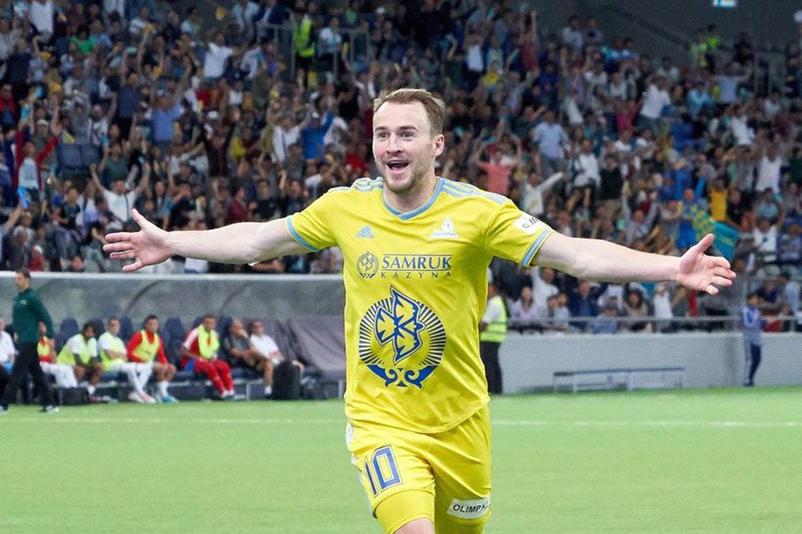 Rúnar Már fagnar marki með Astana.
