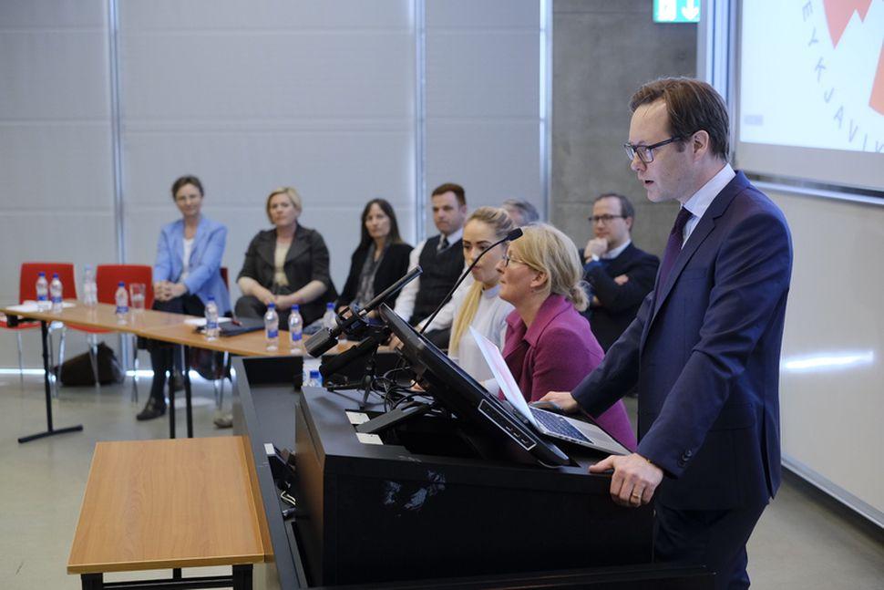 Hrannar Pétursson tilkynnti á fundi með forsetaframbjóðendum í hádeginu að ...