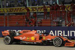 Liðsmenn Ferrari fagna Sebastian Vettel við marklínuna í Singapúr.