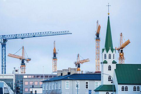 Það er stutt síðan byggingarkranar gnæfðu víða yfir miðbæinn, en þéttingin þar bætti litlu við …