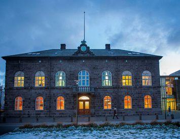 Búast má við því að frumvarp þar sem lagt er til að 26 manns fái ...