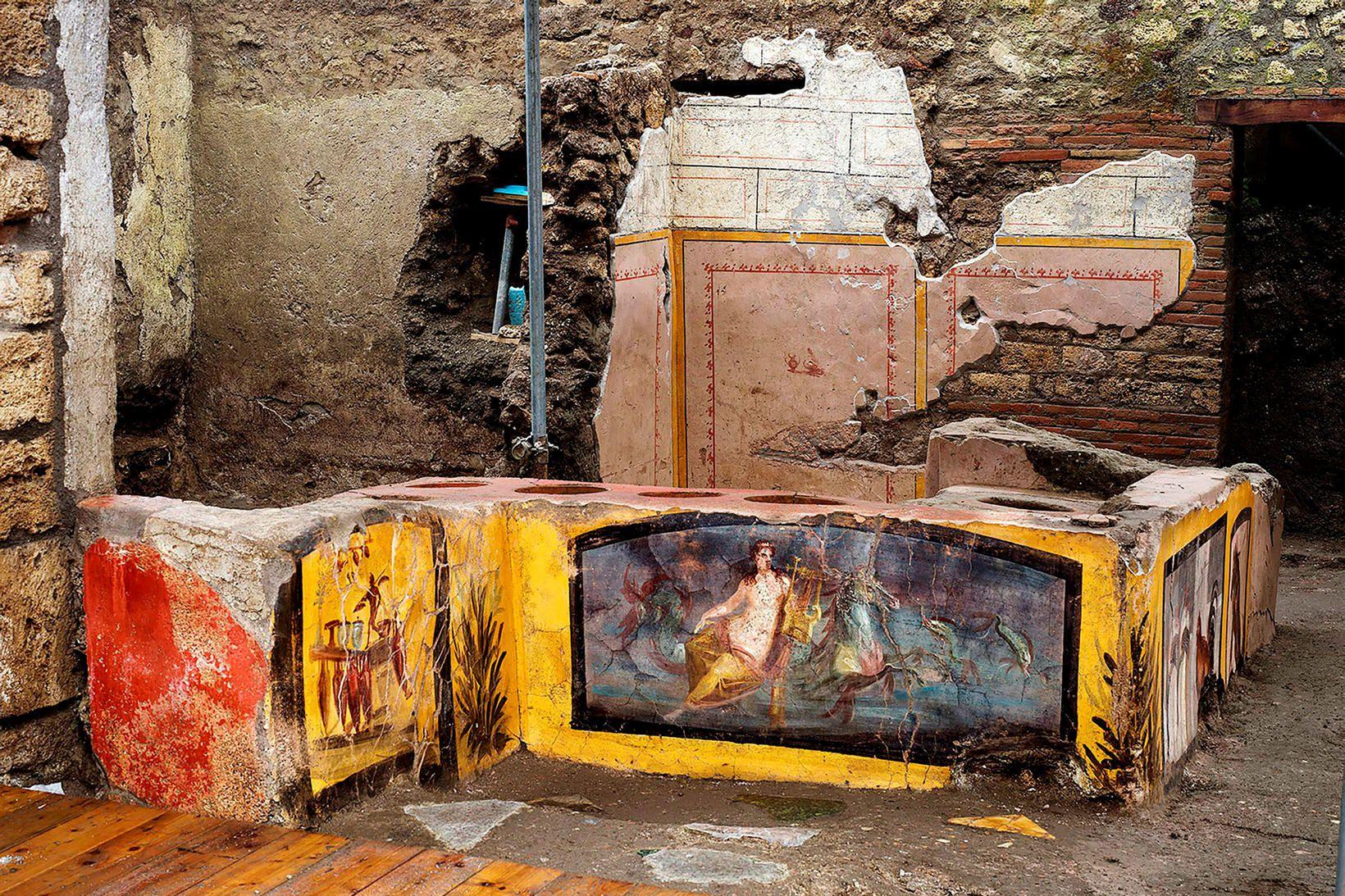 Forláta steinbyggt eldstæði í borginni Pompei. Marglituð freskan hefur varðveist …
