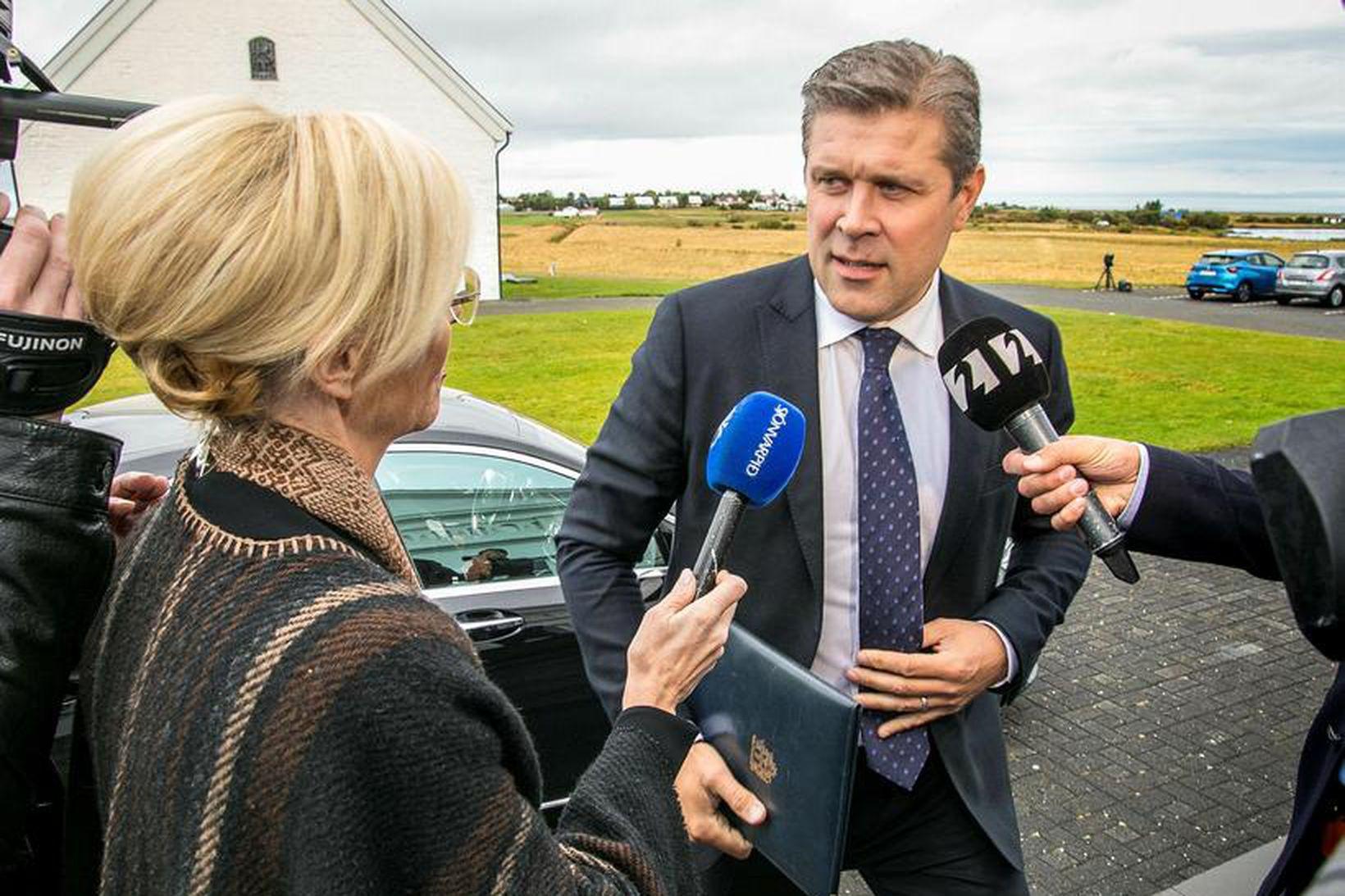 Bjarni Benediktsson kemur með þingrofsskjalið á mánudag í möppu með …