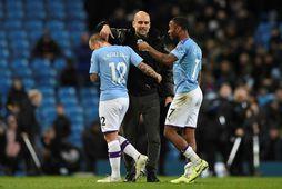 Pep Guardiola hughreystir Angelino og Raheem Sterling eftir tapið gegn Manchester United á laugardaginn.