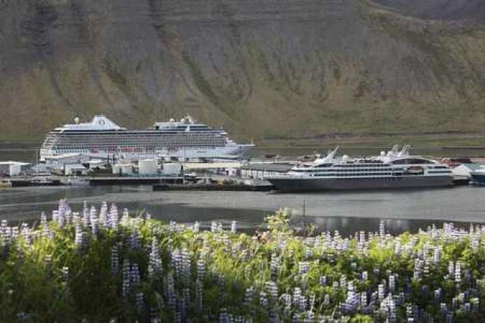 Skemmtiferðaskiptið MV. Marina (stærra skipið fjær) og Le Boreal liggja …