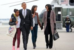 Barack Obama, forseti Bandaríkjanna, ásamt Michelle Obama forsetafrú (lengst til hægri) og dætrunum Mali og …
