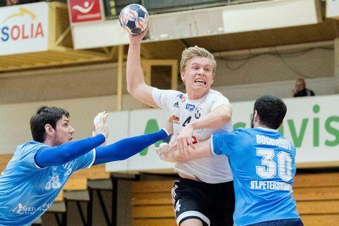 Gísli Þorgeir Kristjánsson sækir að vörn St.Pétursborg í fyrri leik liðanna í EHF-keppninni.