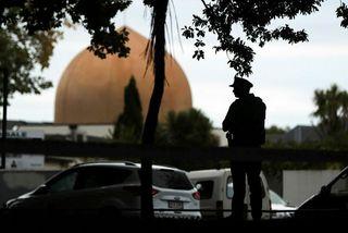 Lögreglumaður á verði við Masjid al-Noor-moskuna í Christchurch eftir árásina. Mynd úr safni.