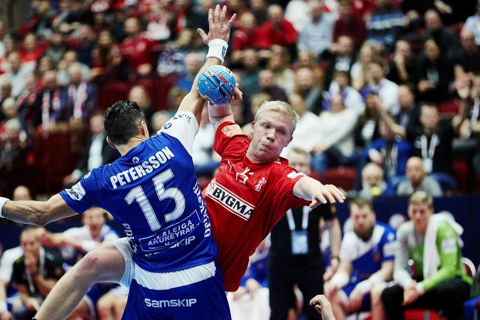 Magnus Saugstrup sækir á Alexander Petersson.