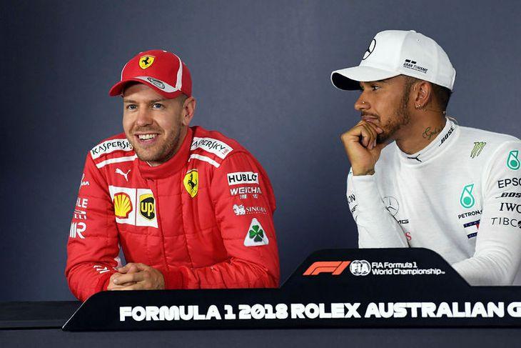 Lewis Hamilton (t.h.) hlýðir á beitt skeyti Sebastians Vettel á blaðamannafundi eftir tímatökuna í Melbourne. ...