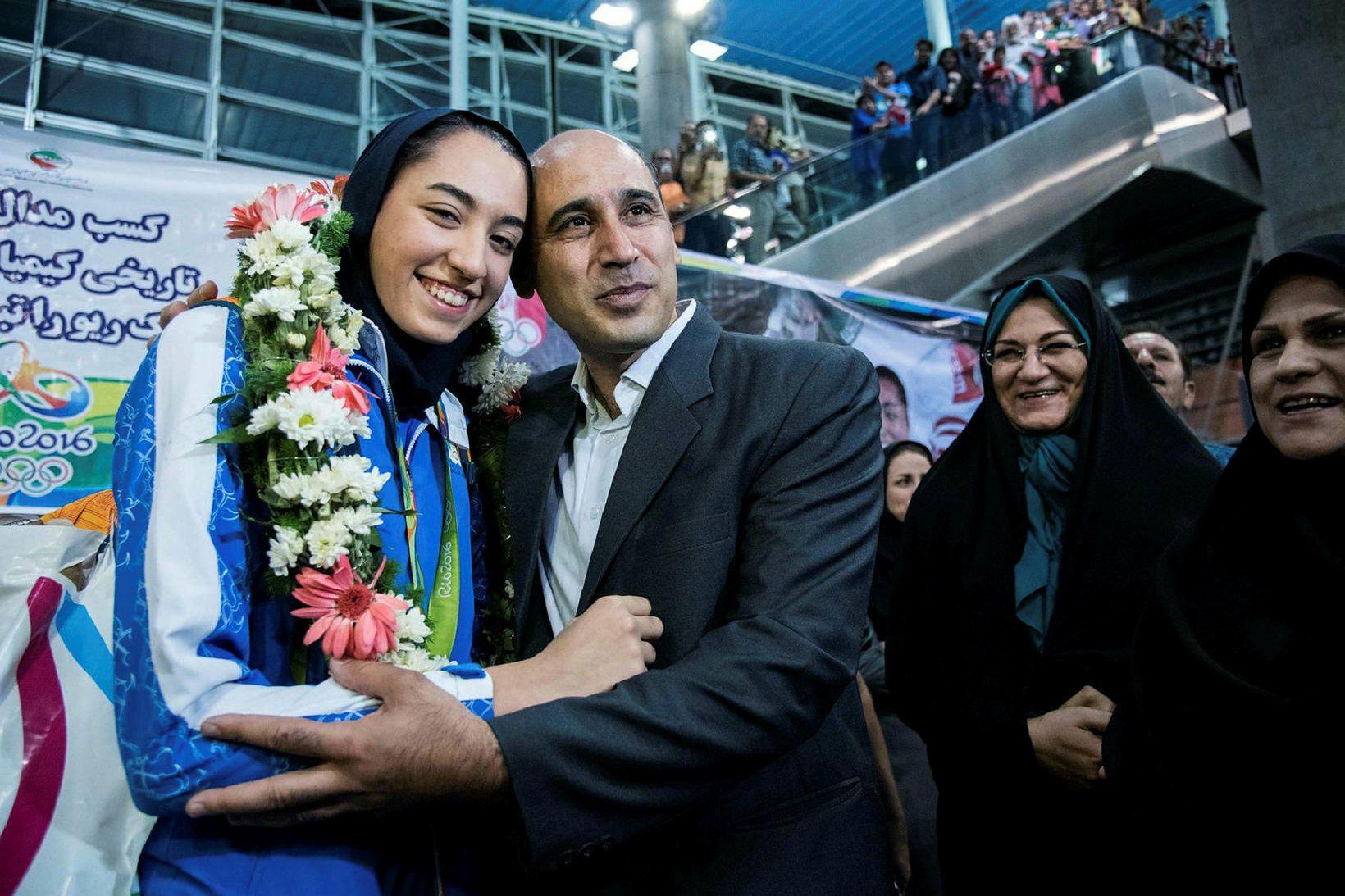 Kimia Alizadeh ásamt föður sínum á flugvellinum í Teheran eftir …