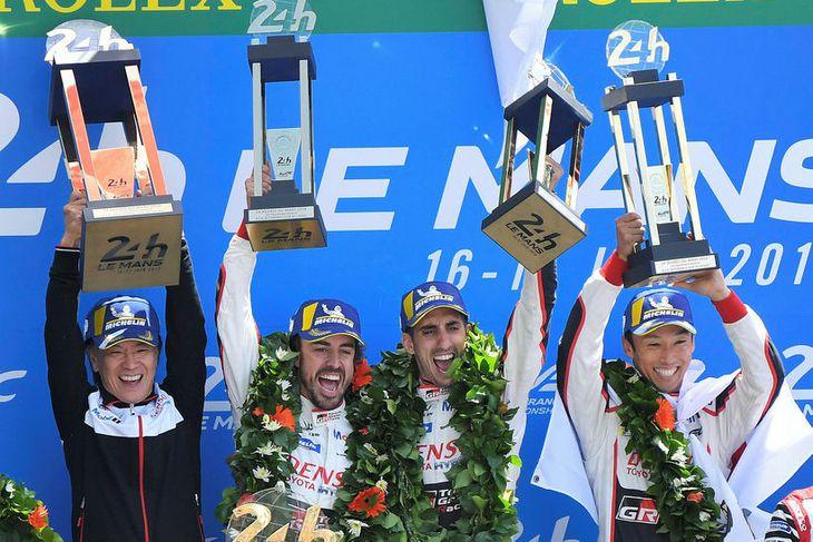 Toyotatríóið á verðlaunapallinum í Le Mans ásamt fulltrúa liðsins. Frá vinstri: Fernando Alonso, Sebastien Buemi ...