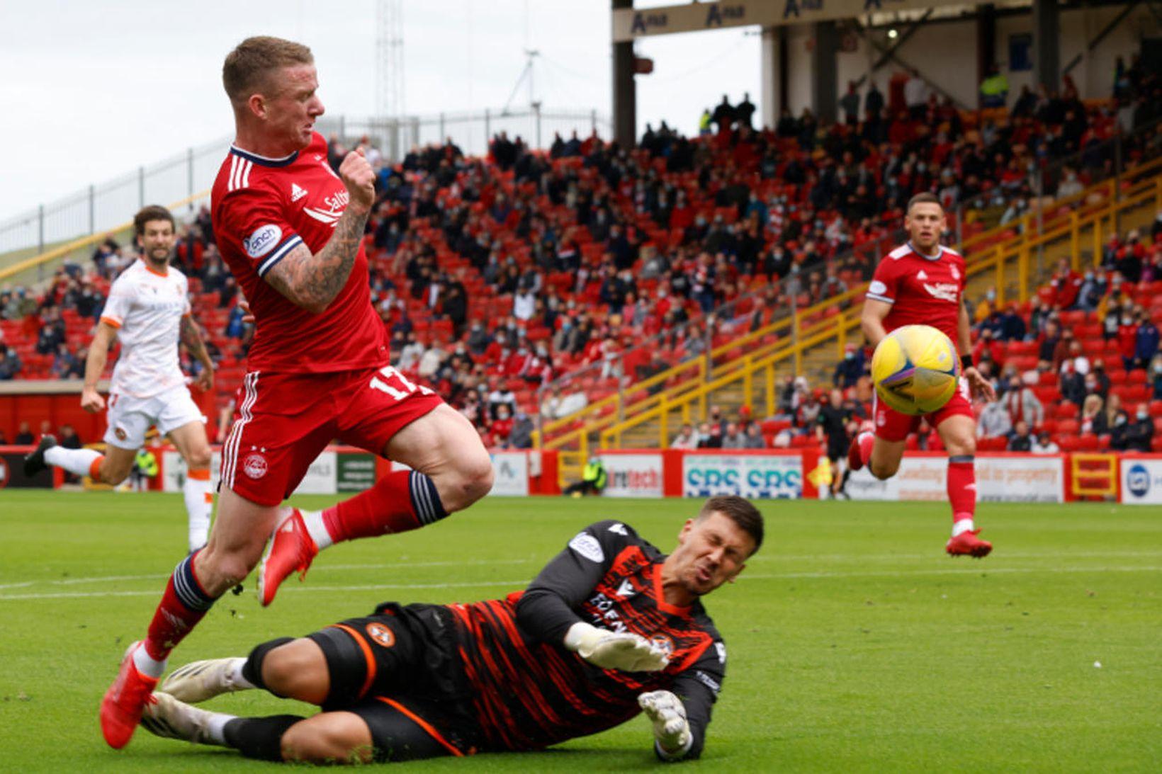 Jonny Hayes kemur Aberdeen yfir.