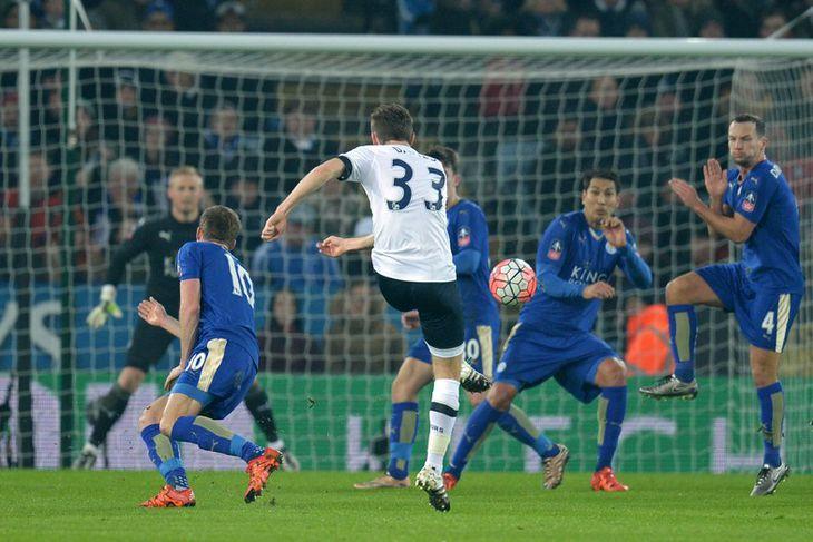Ben Davies, leikmaður Tottenham, með skot að marki Leicester.