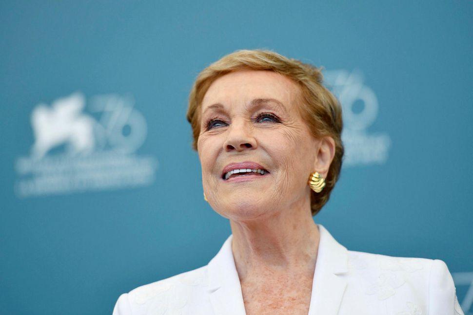 Julie Andrews sá fyrir fjölskyldu sinni frá unga aldri.