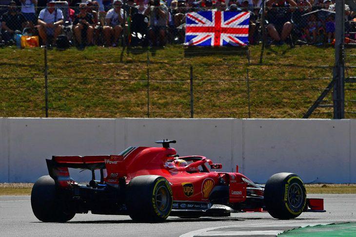 Sebastian Vettel á leið til sigurs í Silverstone.