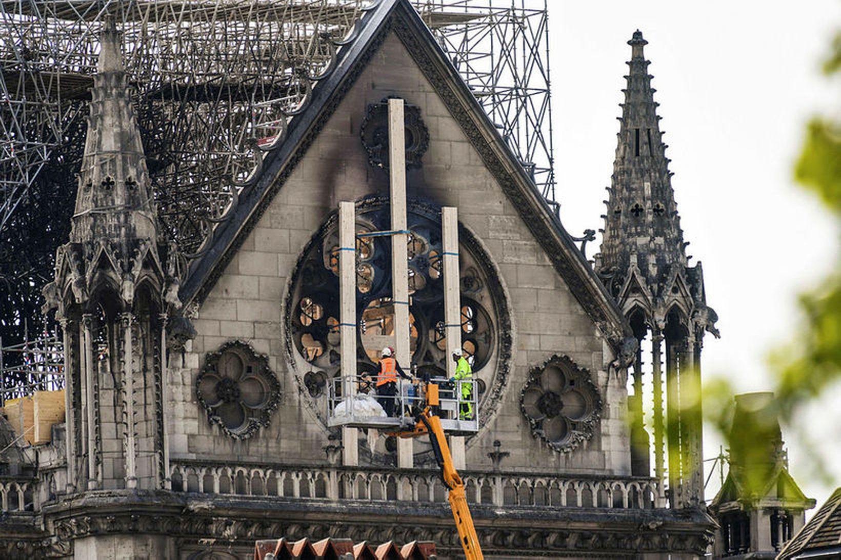 Skemmdir Notre Dame-kirkjunnar kannaðar.