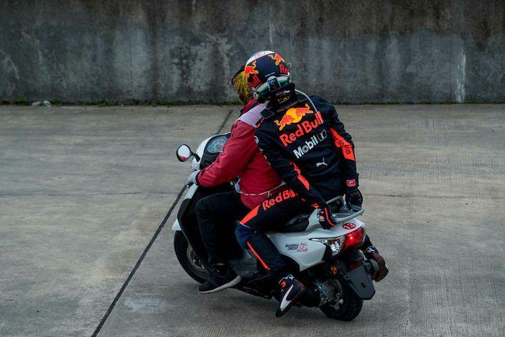 Daniel Ricciardo þáði akstur heim í bílskúr eftir að vélin í bíl hans bilaði í ...