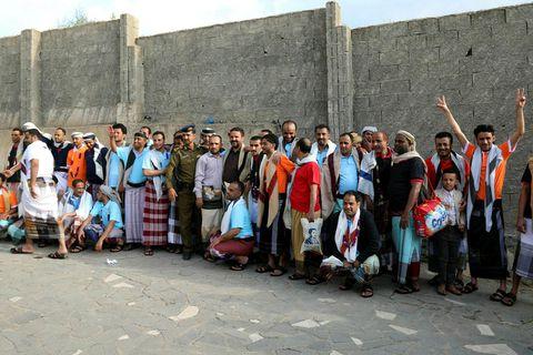 Liðsmenn jemenska stjórnarhersins sem voru í haldi uppreisnarsveita húta voru látnir lausir í desember.
