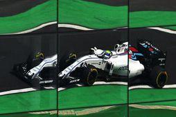 Bíll Felipe Massa speglast í glervegg aðalstúkunnar í Sao Paulo.