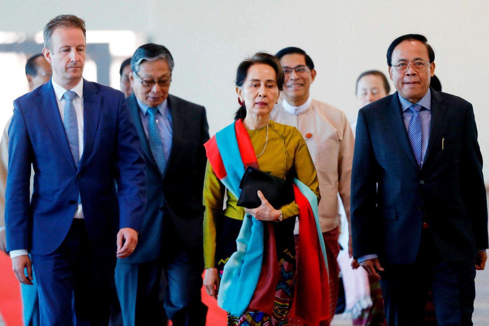 Aung San Suu Kyi á flugvellinum í höfuðborg Mjanmar, á …