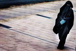 Kona klæðist búrku. Þótt hvorki búrka né niqab séu nefnd sérstaklega í yfirlýsingu forsetaskrifstofunnar, beinist …