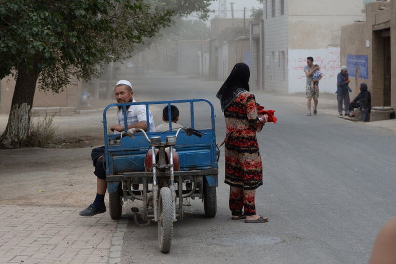 Uighurs-múslimar í iXinjiang héraði í Kína. Eftirlitsstöðvum hefur verið komið …