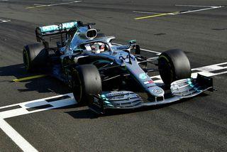 Lewis Hamilton ekur yfir endamarkið sem sigurvegari í Hungaroring.