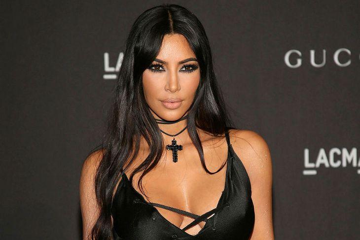 Kim Kardashian er hér vel förðuð. Þú getur lært réttu ...