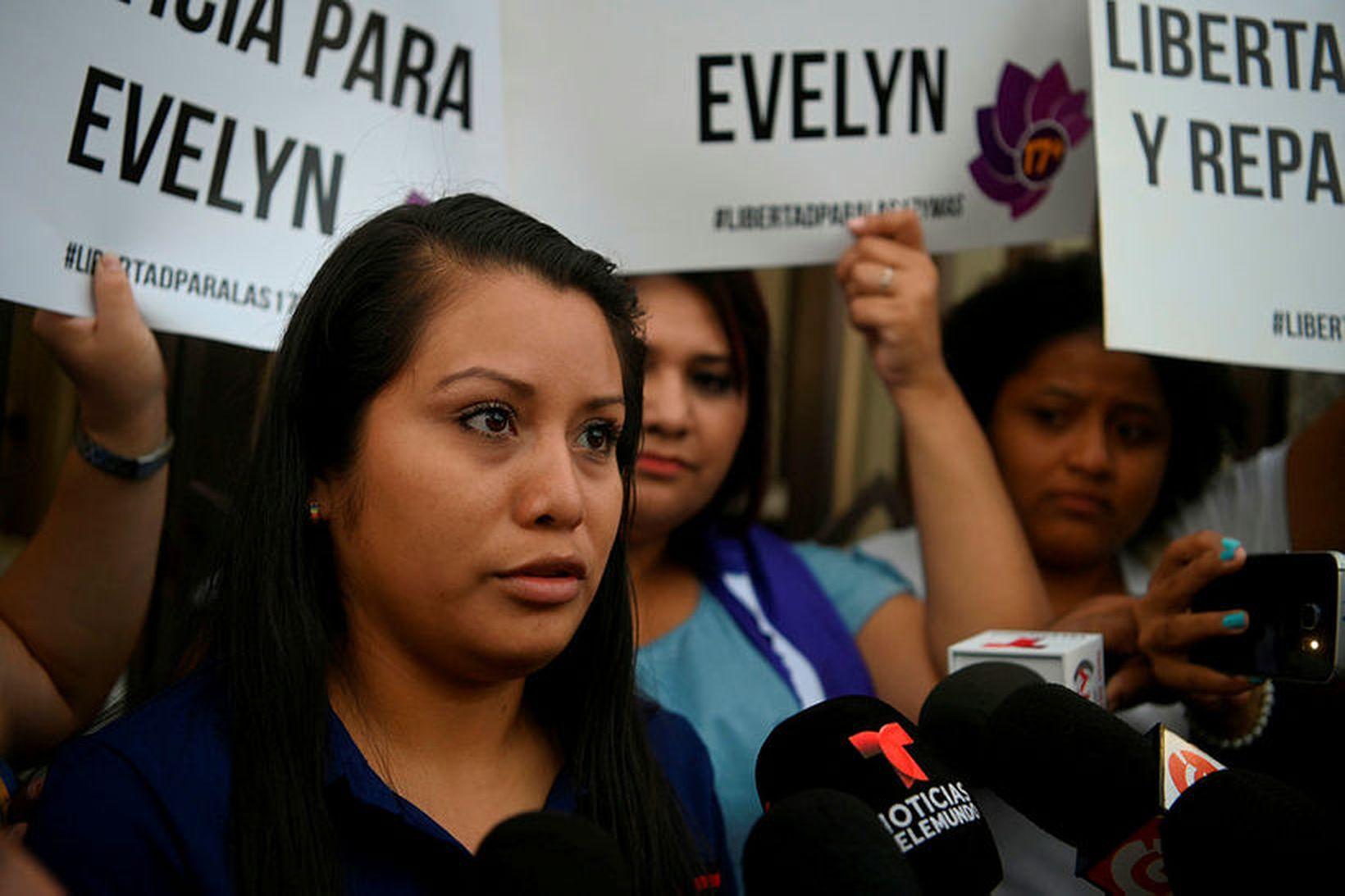 Evelyn Beatríz Hernández Cruz fyrir utan dómstólinn í San Salvador. …