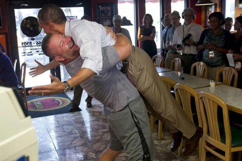 Barack Obama í fangi Scott Van Duzer, eiganda veitingastaðarins Big Apple Pizza and Pasta í …