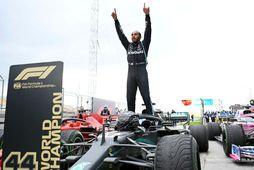 Lewis Hamilton fagnar sjöunda titli sínum við endamark tyrkneska kappakstursins.