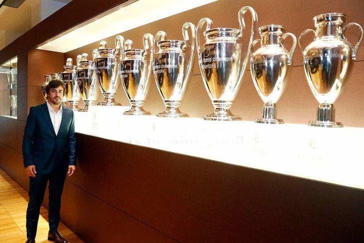 Safn verðlaunagripa Real Madrid er voldugt en Fernando alonso spókaði sig þar um í gær.