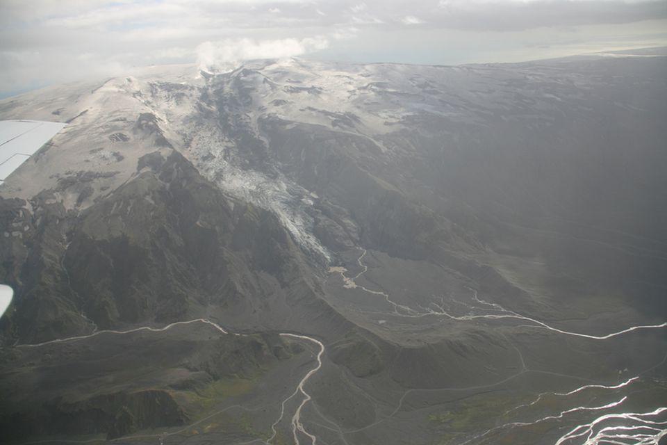 Gígjökull 16. júlí 2011. Gígjökull lét mjög á sjá eftir eldgosið. Lónið hvarf og í …
