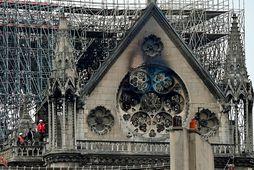 Skemmdirnar á Notre Dame kirkjunni skoðaðar.