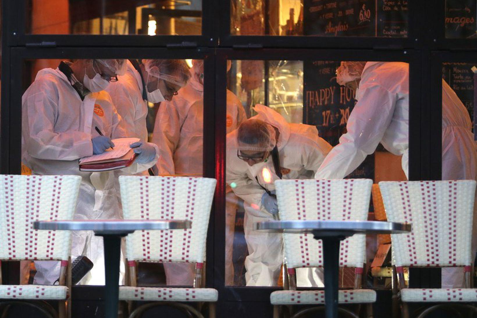 Réttarmeinafræðingar að störfum á Cafe Bonne Biere, veitingastað í París …