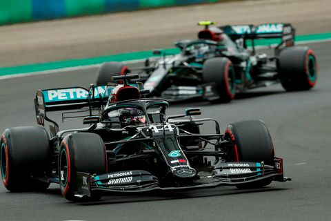 Lewis Hamilton (framar) og Valtteri Bottas í tímatökunni í Búdapest en þar höfðu þeir mikla …