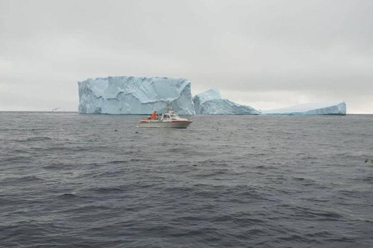 The fishing boat Glær KÓ-9 near the iceberg.