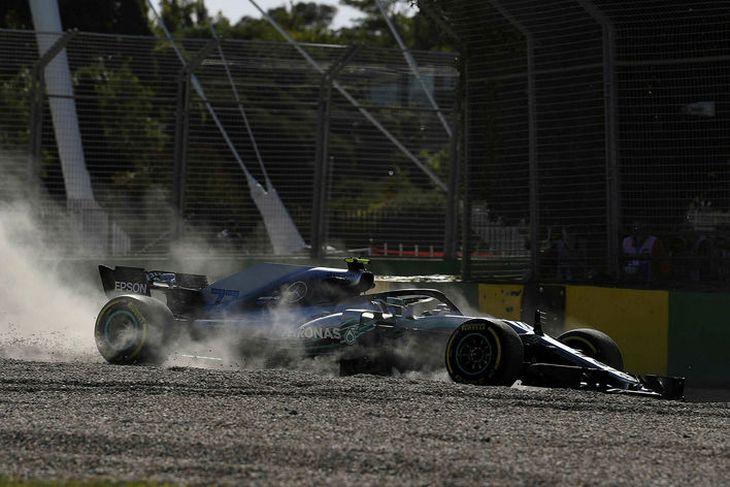 Valtteri Bottas á Mercedes hefur átt erfitt með að halda sig á brautinni í Melbourne.