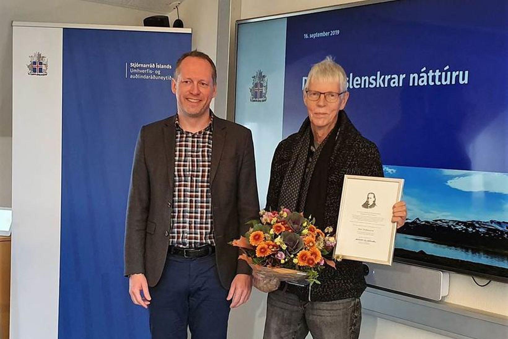 Guðmundur Ingi Guðbrandsson, umhverfis- og auðlindaráðherra, ásamt Jóni Stefánssyni, kennara …