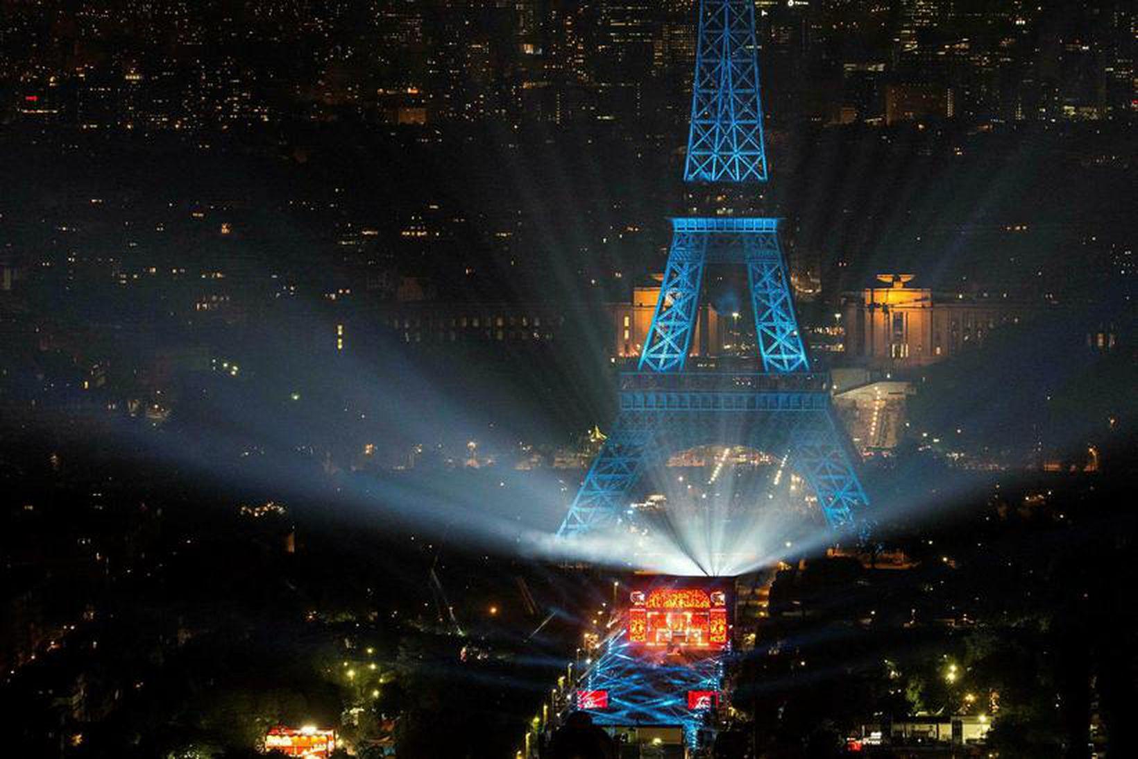 Fyrstu opinberu tónleikar EM voru haldnir við Eiffelturninn í París …