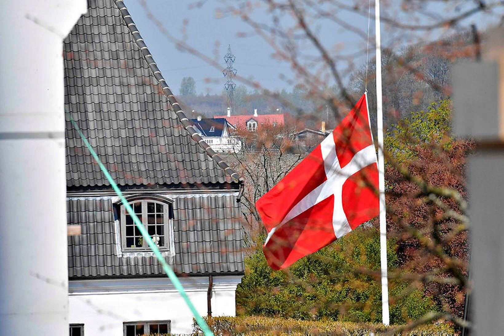 Flaggað í hálfa stöng við Højvangskólann þar sem tvö af …