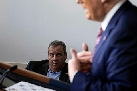 Chris Christie hlustar á ávarp Donalds Trumps í Hvíta húsinu.