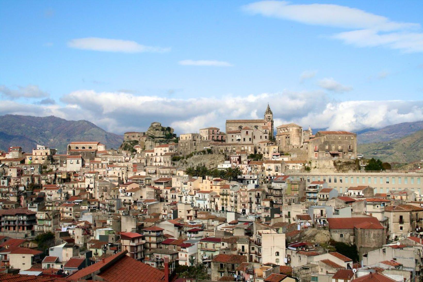 Um 900 eignir í bænum Castiglione di Sicilia á Sikiley …
