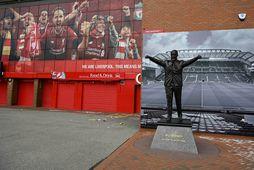 Styttan af Bill Shankly blasir við þegar komið er að Anfield.