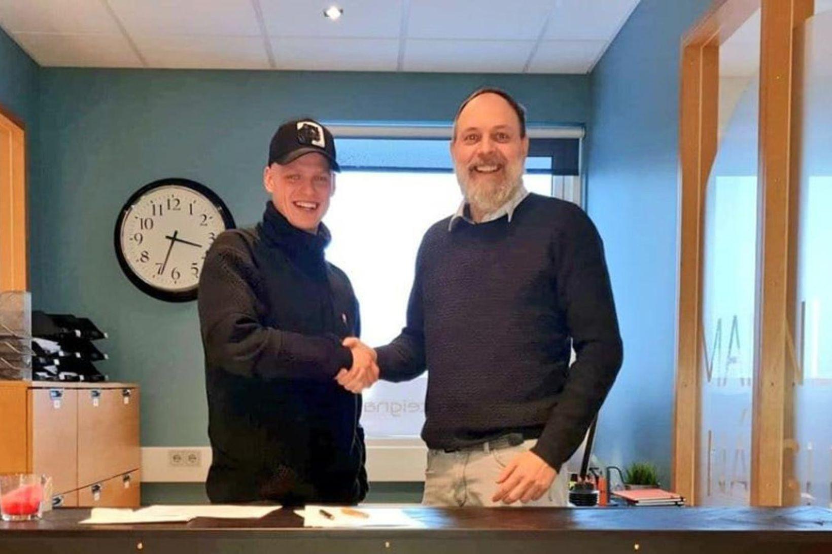 Máni Austmann Hilmarsson og Oscar Clausen handsala samninginn.