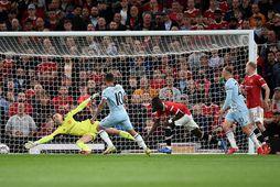 Manuel Lanzini sendir boltann í mark Manchester United á Old Trafford í kvöld án þess …