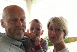 Lars Håndlykken og Iren Christensen ásamt syninum Billy. Þau veiktust í mars og nýttu sér …