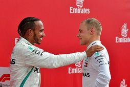 Lewis Hamilton (t.v.) og Valtteri Bottas hefja keppni á morgun af fremstu rásröð. Bottas vann …