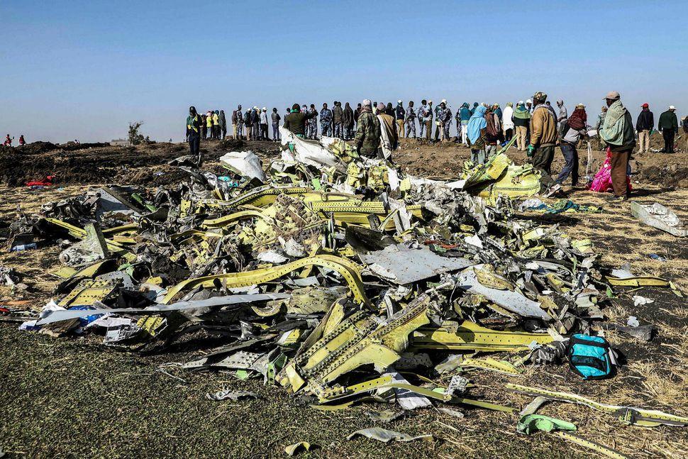 Brak úr farþegaþotu Ethiopian Airlines. Djúpur gígur myndaðist þar sem ...